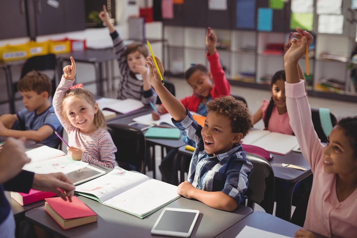 school_kids_classroom_tablet